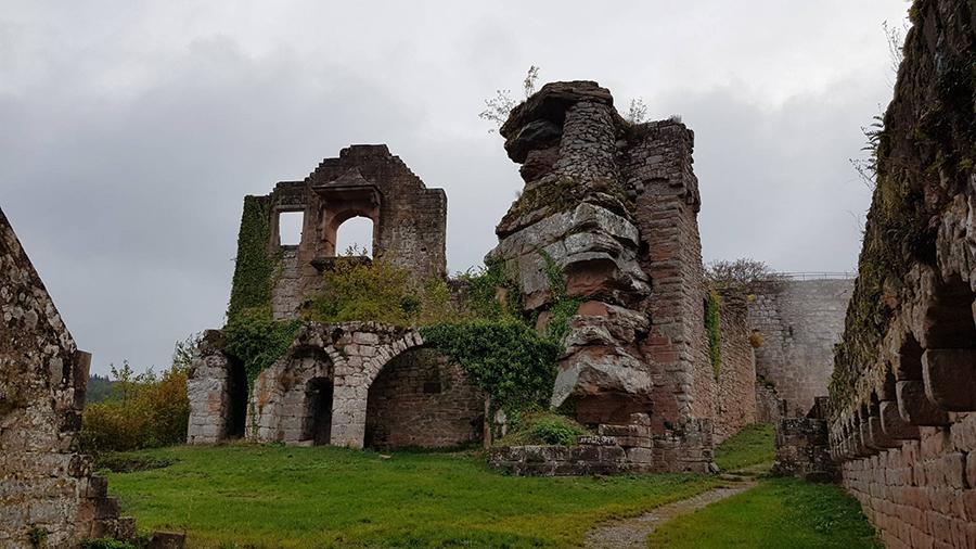 Orensfels über Burgruine Neuscharfeneck von Burrweiler